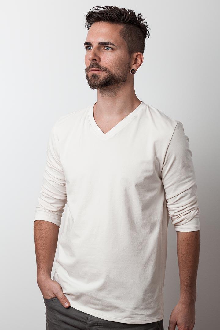 mann mit weißem bio-langarmshirt von fraenne