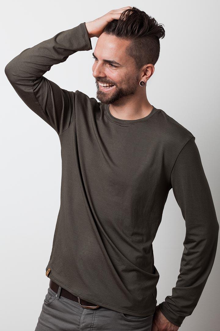 mann mit olivfarbenen langarmshirt von fraenne