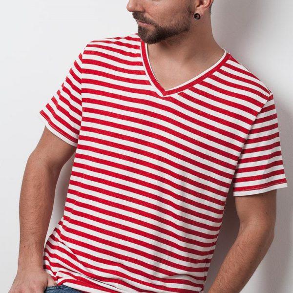 mann mit rot weiß gestreiften shirt von fraenne