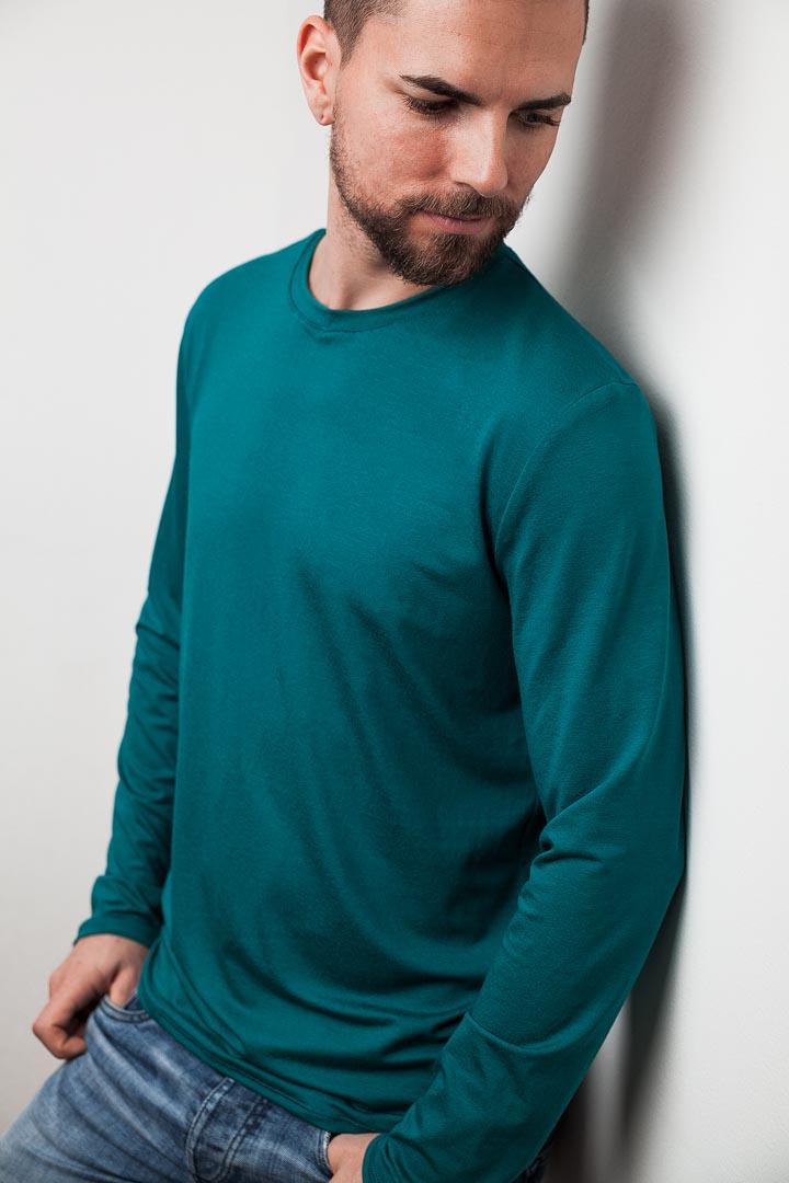 mann mit petrolfarbenen langarmshirt von fraenne