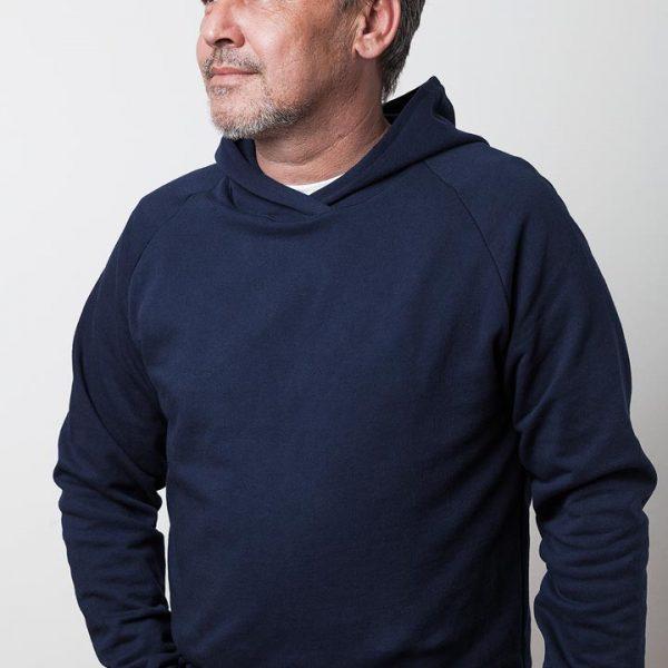 mann mit dunkelblauem kapuzenpullover von fraenne