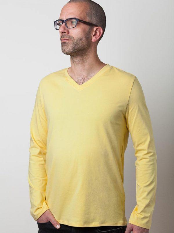 mann mit gelben langarmshirt von fraenne