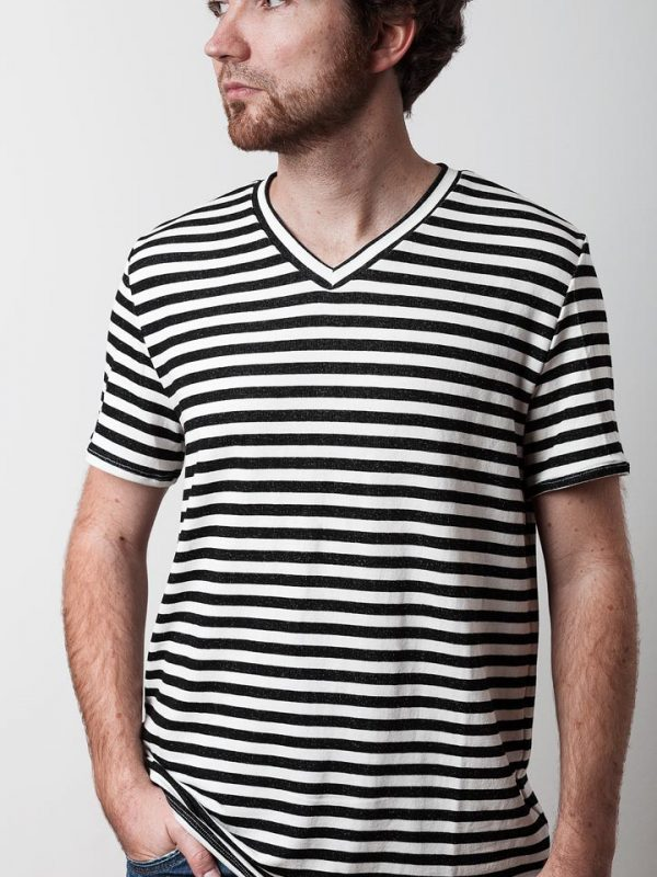 mann mit shcwarz weiß gestreiften shirt von fraenne