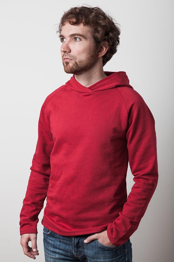mann mit rotem kapuzenpullover von fraenne