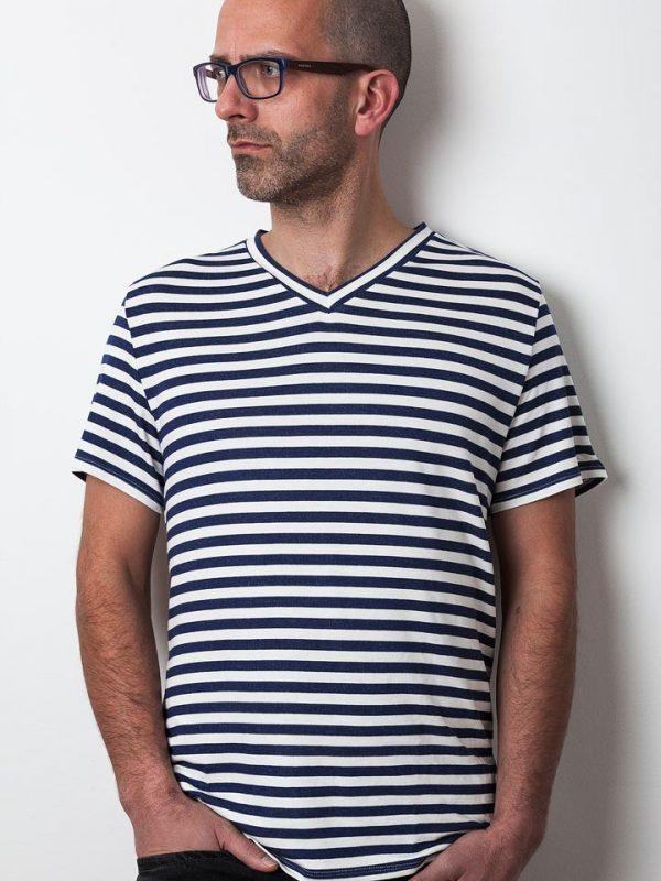 mann mit blau-weiß gestreiften shirt von fraenne