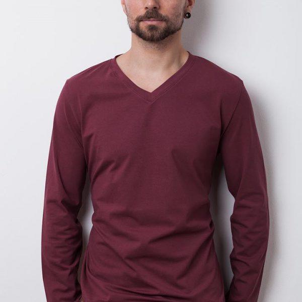 mann mit dunkelroten bio-langarmshirt von fraenne