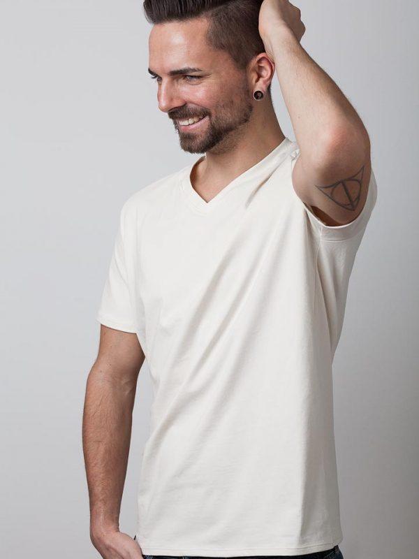 mann mit weißen bio-shirt von fraenne