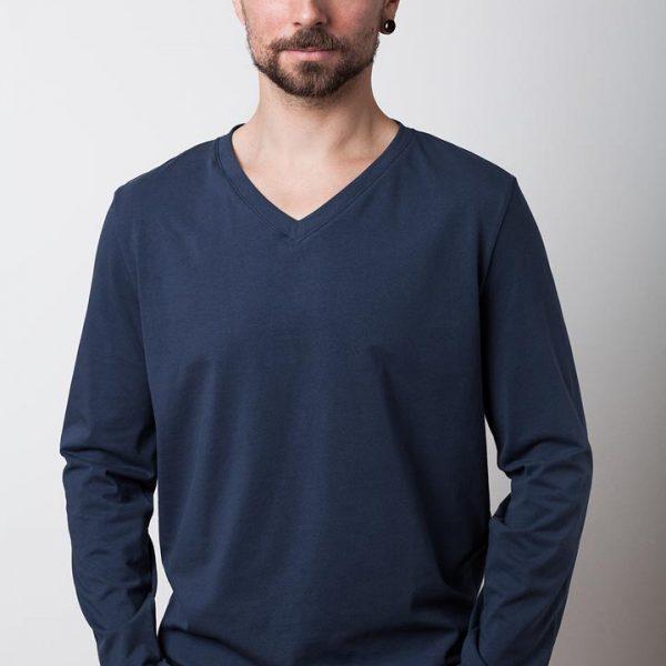 mann mit dunkelblauem bio-langarmshirt von fraenne