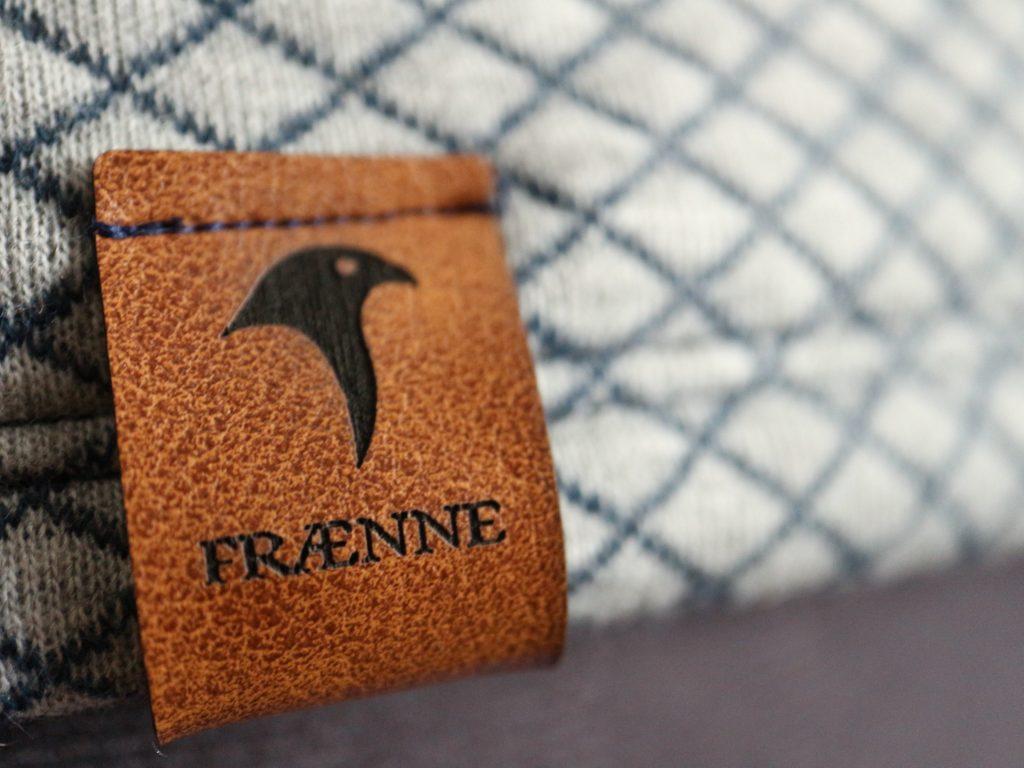 detail von einem grauen pullover mit label von fraenne