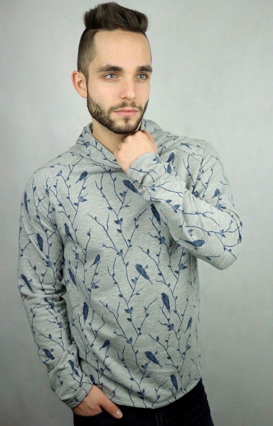 mann mit grauen kapuzenpullover mit blauem Vogeldruck von fraenne