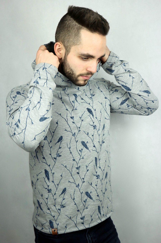 mann mit grauen kapuzenpullover mit blauen Vögeln von fraenne