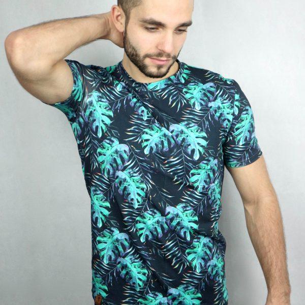 mann mit shirt mit palmenblätter-aufdruck von fraenne