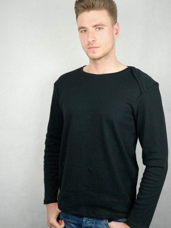 mann mit schwarzen bio-langarmshirt und halbseiteigen amerikaischen AUsschnitt von fraenne