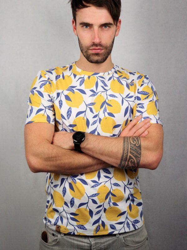 mann mit shirt mit zitronenprint von fraenne