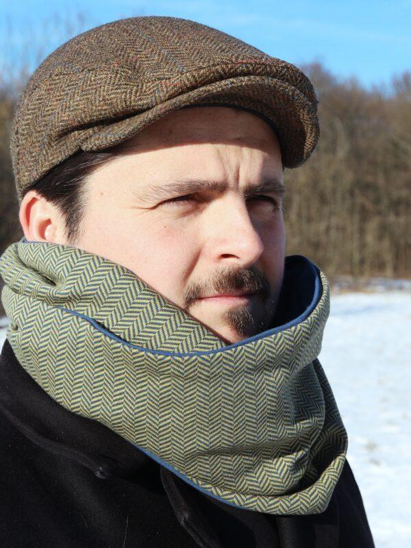mann im winter mit loop schal blau gelb von fraenne