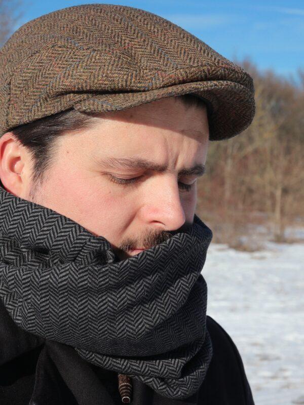 mann im winter mit loop schal von fraenne